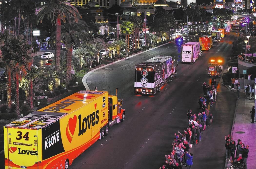 Los transportistas de Michael McDowell (34) y Kevin Harvick (4) desfilan por el Strip de Las Vegas cerca de la carretera Harmon antes de la Copa NASCAR Monster Energy en Las Vegas el jueves 1 de m ...