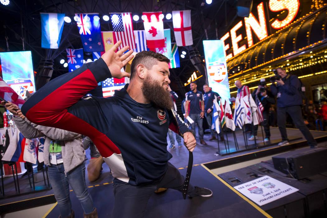 El jugador de USA Rugby Sevens, Danny Barrett, exalta a la multitud mientras el equipo de Estados Unidos se presenta en el escenario durante el Desfile de las Naciones en la Fremont Street Experie ...