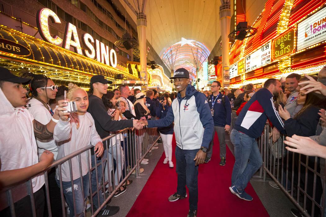 El jugador del US Rugby Sevens, Perry Baker, es recibido por los fanáticos durante el Desfile de las Naciones en el Fremont Street Experience en el centro de Las Vegas el jueves 1 de marzo de 201 ...