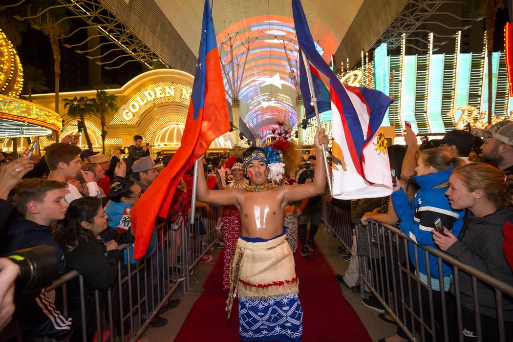 El abanderado Malachi Belesasa dirigirá al equipo de Rugby de Samoa durante el Desfile de las Naciones en el Fremont Street Experience en el centro de Las Vegas el jueves 1 de marzo de 2018. Rich ...