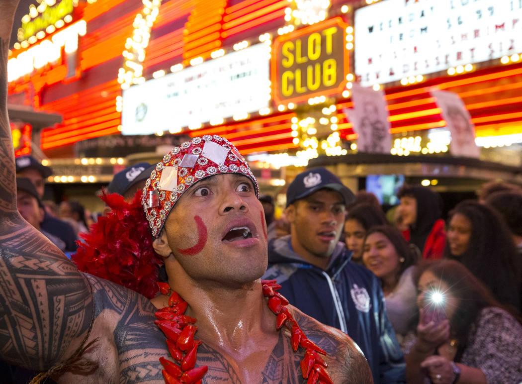 Hio Pelesasa marcha con el equipo Samoan Rugby durante el Desfile de las Naciones en el Fremont Street Experience en el centro de Las Vegas el jueves 1 de marzo de 2018. Richard Brian Las Vegas Re ...