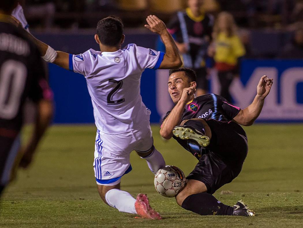 Julián Portugal disputa el balón contra un jugador rival durante un partido de pretemporada en el Cashman Field de Las Vegas. Foto Cortesía Las Vegas Lights FC.