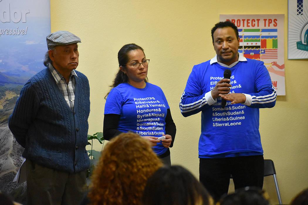 """""""Llamar a los congresistas y senadores"""" fue el mensaje principal durante la Asamblea TPS. Jueves 1 de marzo del 2018 en el Consulado de El Salvador en Las Vegas. Foto Anthony Avellaneda / El T ..."""