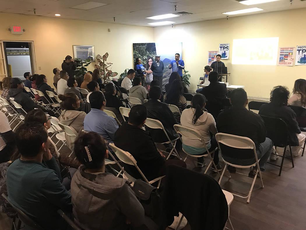 Decenas de personas acudieron a informarse sobre la actualidad del TPS. Jueves 1 de marzo del 2018 en el Consulado de El Salvador en Las Vegas. Foto Anthony Avellaneda / El Tiempo.
