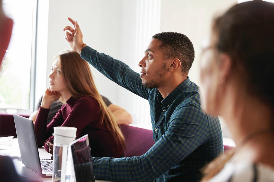 Los estudiantes hacen preguntas mientras asisten a la conferencia en el campus. [Foto Cortesía]