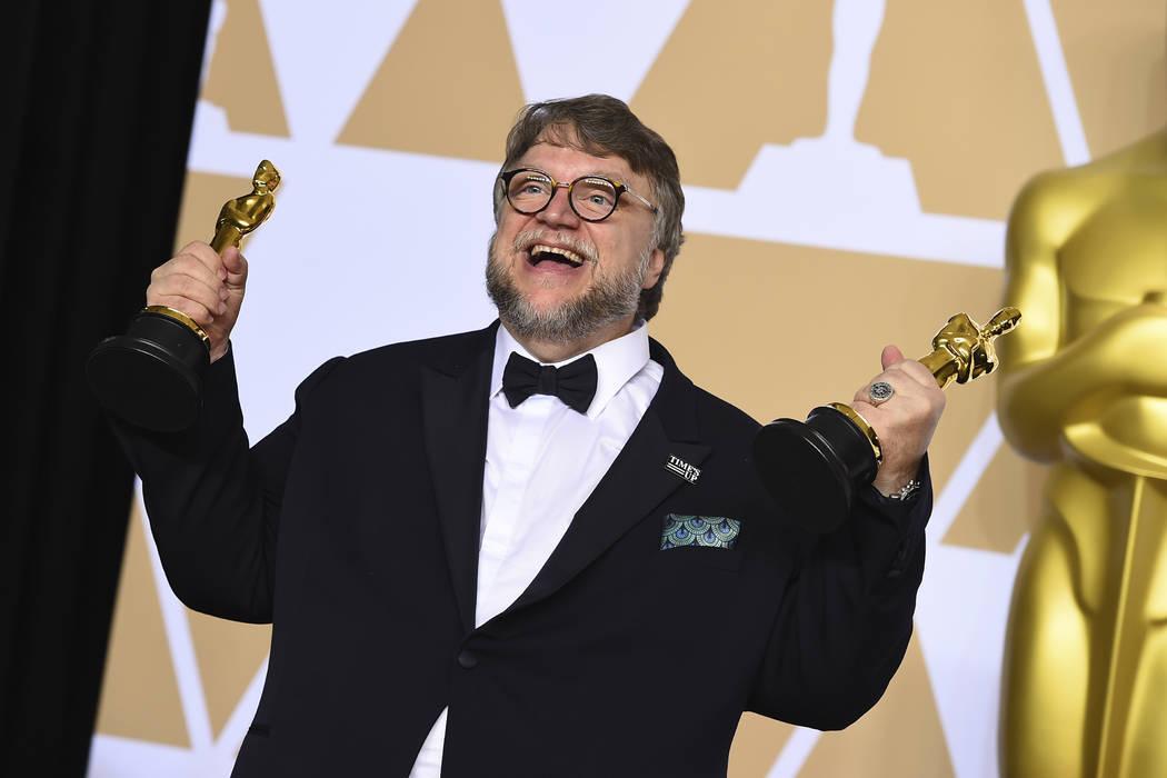 """Guillermo del Toro, ganador de los premios al mejor director y mejor película por """"La Forma del Agua"""", posa en la sala de prensa de los Premios Óscar el domingo 4 de marzo de 2018 en el Teatro D ..."""