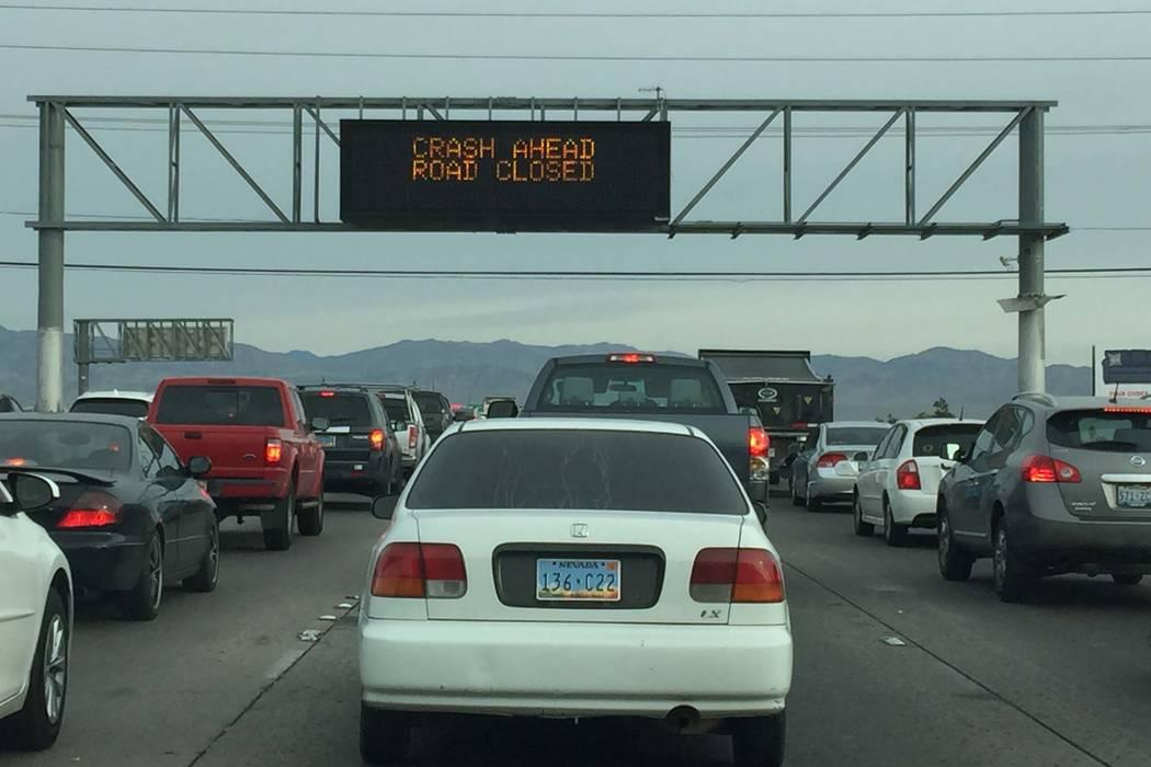 Una colisión en la autopista norte de los Estados Unidos 95 cerca de la salida de Charleston Boulevard tiene el tránsito reducido a un carril, miércoles por la mañana, 7 de marzo de 2018. (Mik ...