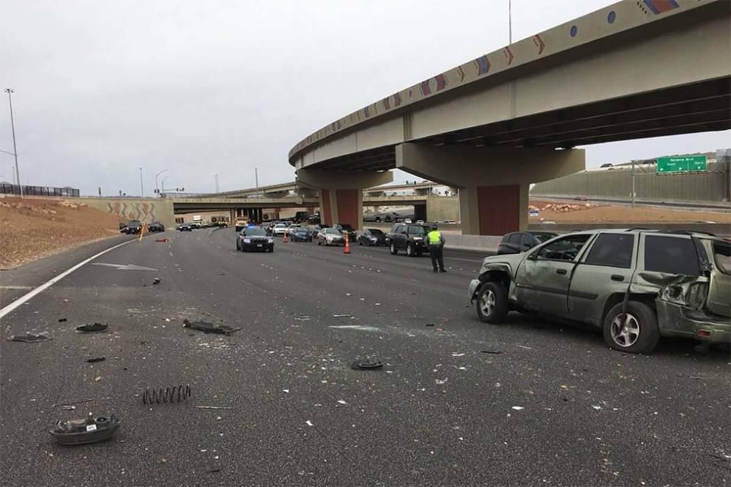 Una persona está muerta y otra se encuentra en estado crítico después de un accidente de volcadura en la autopista US 95 en dirección sur y Rainbow Boulevard en el oeste de Las Vegas, miércol ...