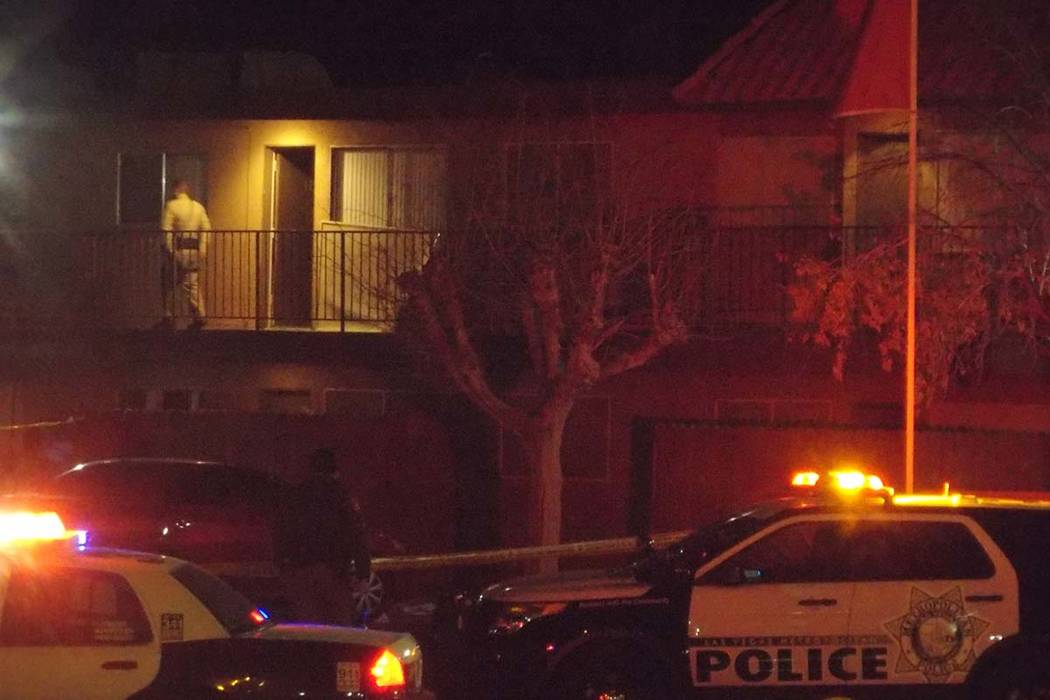 La policía de Las Vegas está buscando un sospechoso y un niño que podría estar con su padre después de que una persona, tal vez un buen samaritano, recibiera un disparo el martes 6 de marzo d ...