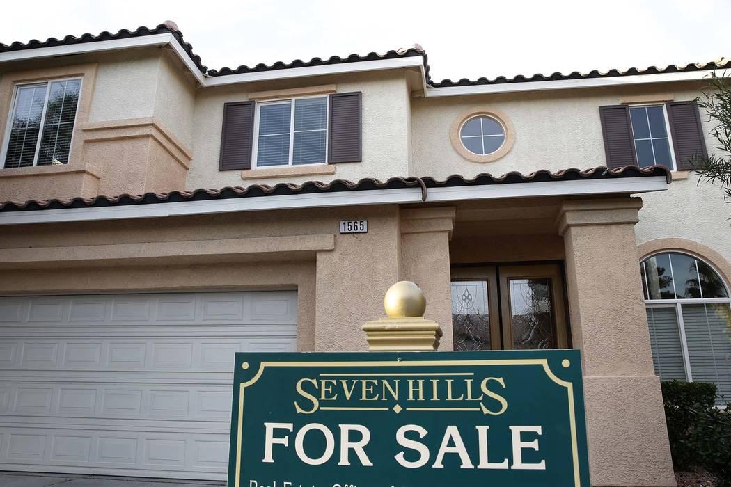 """Una señal de """"Se Vende"""" se muestra frente a una casa en Ravanusa Drive cerca de Seven Hills Drive el miércoles 15 de noviembre de 2017, en Henderson. Las Vegas Review-Journal, Bizuayehu Tesfaye  ..."""