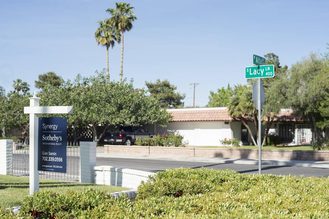 """Un cartel de """"venta"""" frente a una casa cerca de la intersección de Lacy Lane y Alta Drive el miércoles 3 de mayo de 2017 en Las Vegas. Bridget Bennett Las Vegas Review-Journal @bridgetkbennett"""