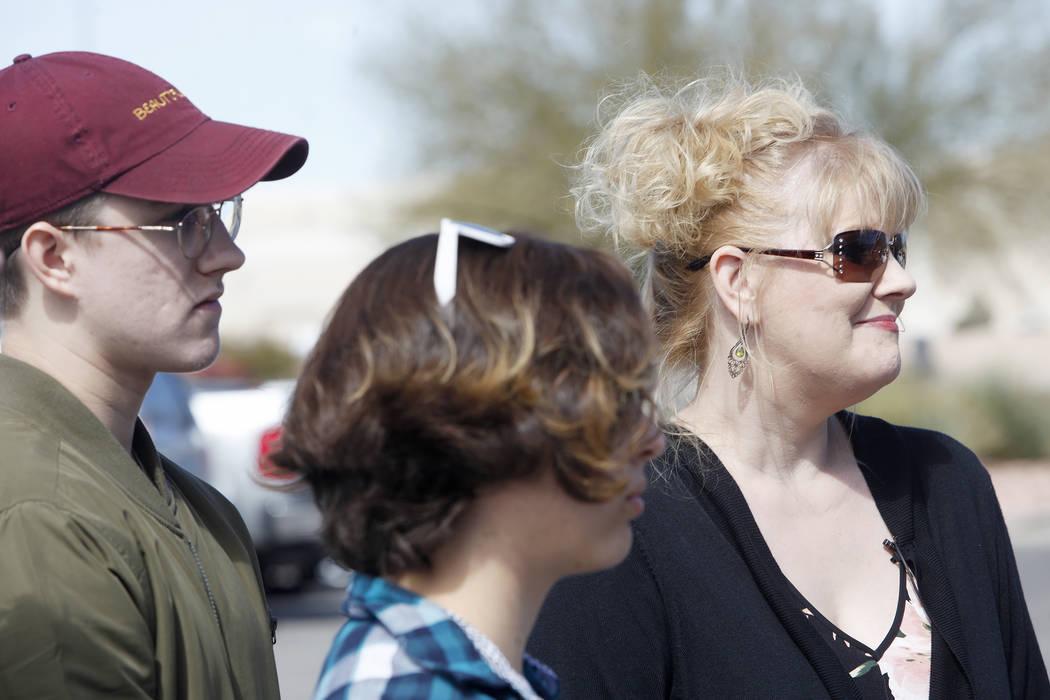 Noah Isbell, de 19 años, desde la izquierda, su novia, Cinthea Daly, de 18 años, y su madre, Solinea Stark, hablaron con la prensa el martes 6 de marzo de 2018. Stark y sus hijos se salvaron tem ...