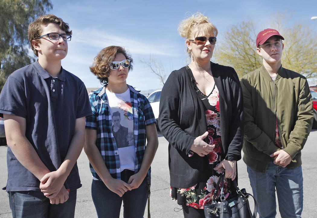 Elijah Isbell, de 13 años, izquierda, Cinthea Daly, de 18, Solinea Stark, y Noah Isbell, de 19, hablan con reporteros el martes, 6 de marzo de 2018. Stark y sus hijos, Elijah y Noah, se salvaron  ...