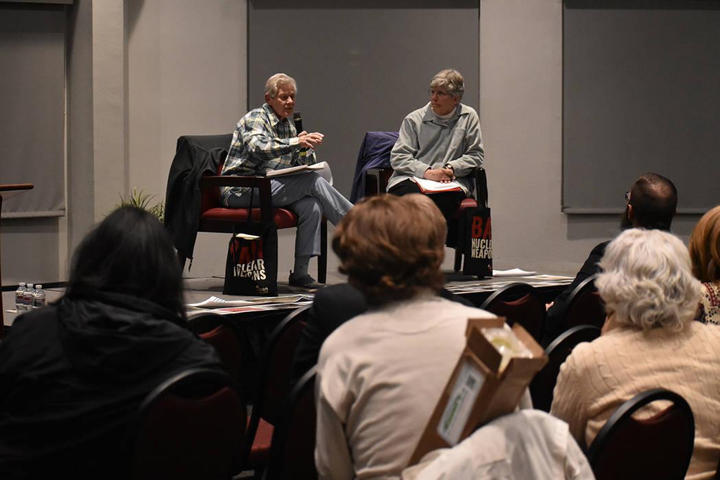 Carol Gilbert y Ardeth Platte ofrecieron una conferencia sobre su activismo contra las armas nucleares ante más de 30 asistentes del Sur de Nevada. Martes 6 de marzo de 2018 en UNLV. Foto Anthony ...
