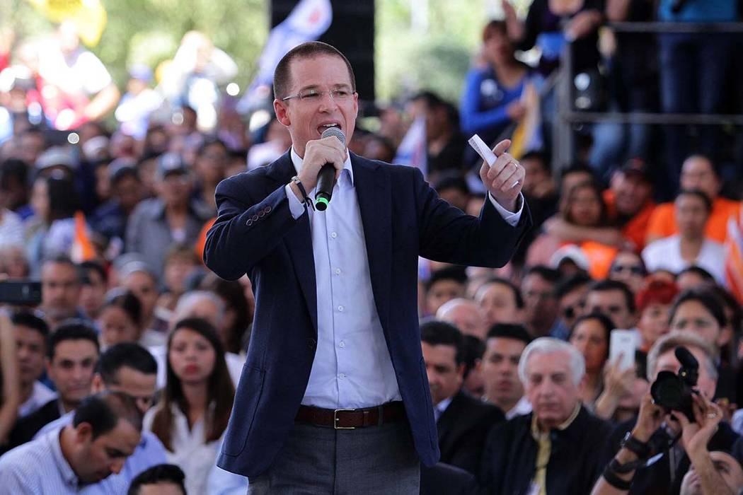 Ricardo Anaya se registró ante el Instituto Nacional Electoral como candidato a la Presidencia de la República por la coalición Por México al Frente, integrada por los partidos Acción Naciona ...