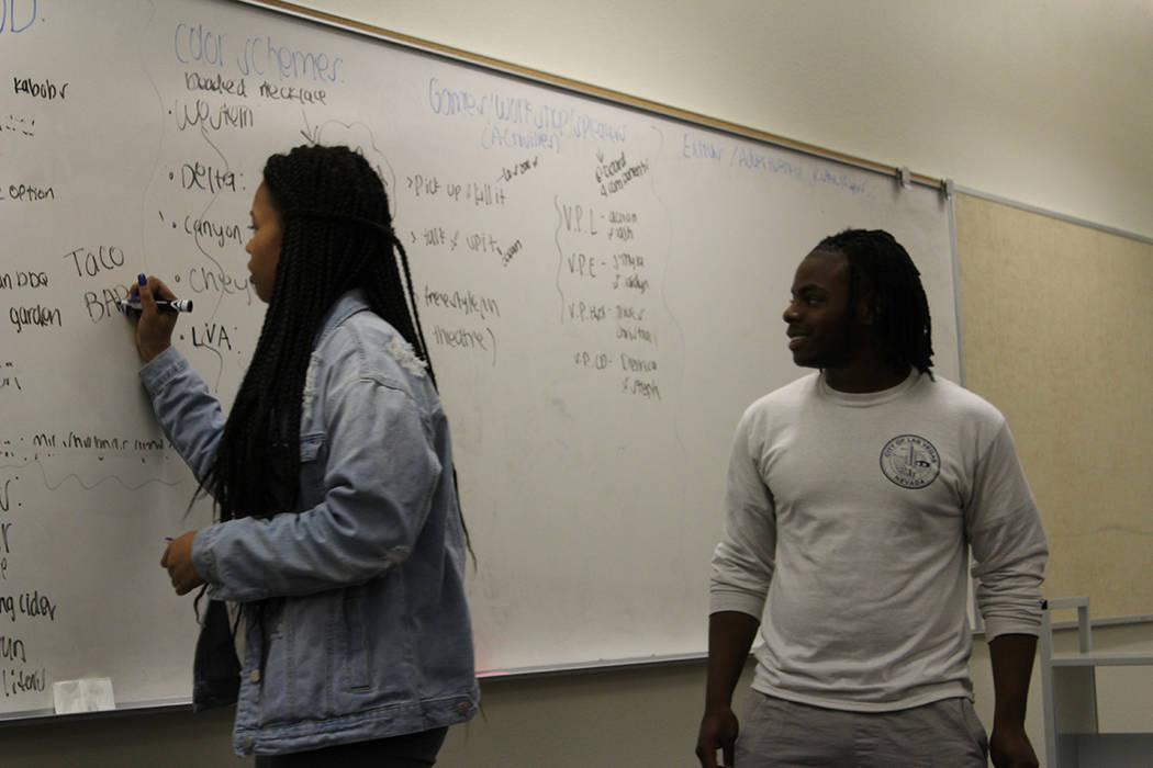 Los jóvenes reciben clases de los temas de acuerdo a su edad. Miércoles 7 de marzo del 2018 en preparatoria Legacy. Foto Cristian De la Rosa / El Tiempo - Contribuidor.