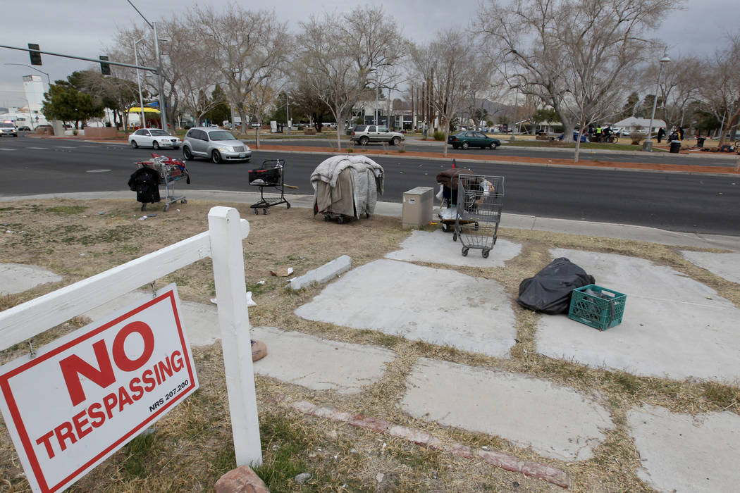Las pertenencias están estacionadas a lo largo de South Maryland Parkway frente al parque Huntridge Circle en Las Vegas el miércoles 7 de marzo de 2018. K.M. Cannon Las Vegas Review-Journal @KMC ...