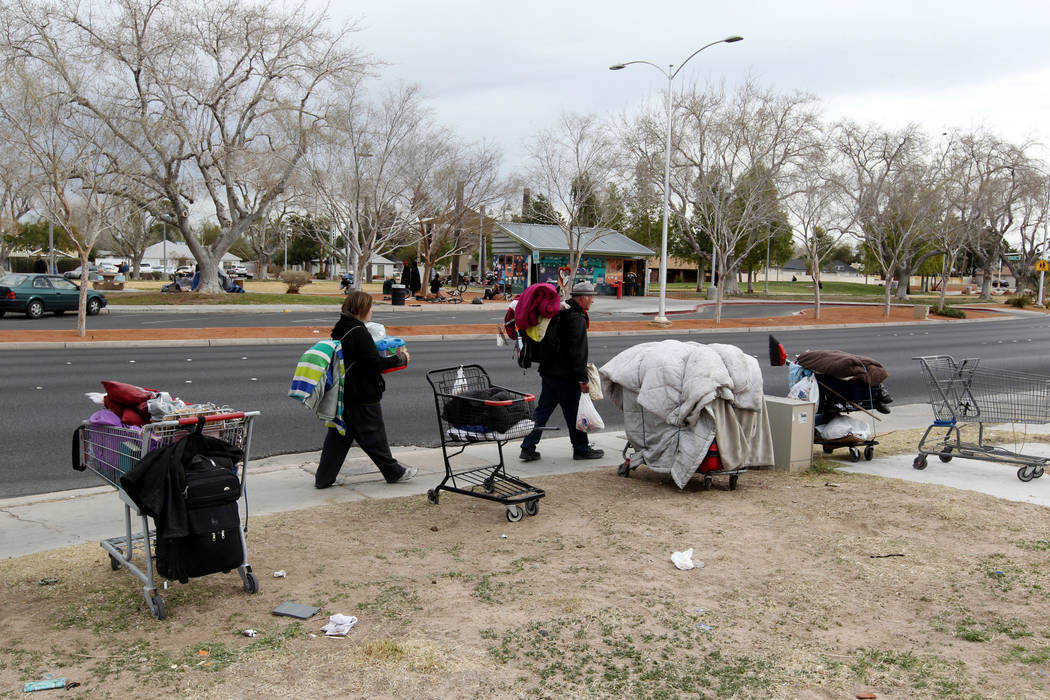 Pertenencias están estacionadas a lo largo de South Maryland Parkway frente al parque Huntridge Circle en Las Vegas el miércoles 7 de marzo de 2018. K.M. Cannon Las Vegas Review-Journal @KMCanno ...