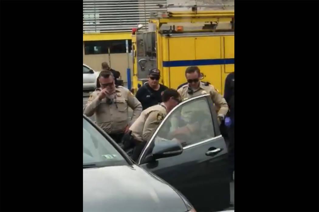 Imágenes tomadas de un video de Steven Gibson de la policía de Las Vegas arrestando a un hombre que fue encontrado inconsciente en su automóvil con un rifle semiautomático y municiones extras. ...