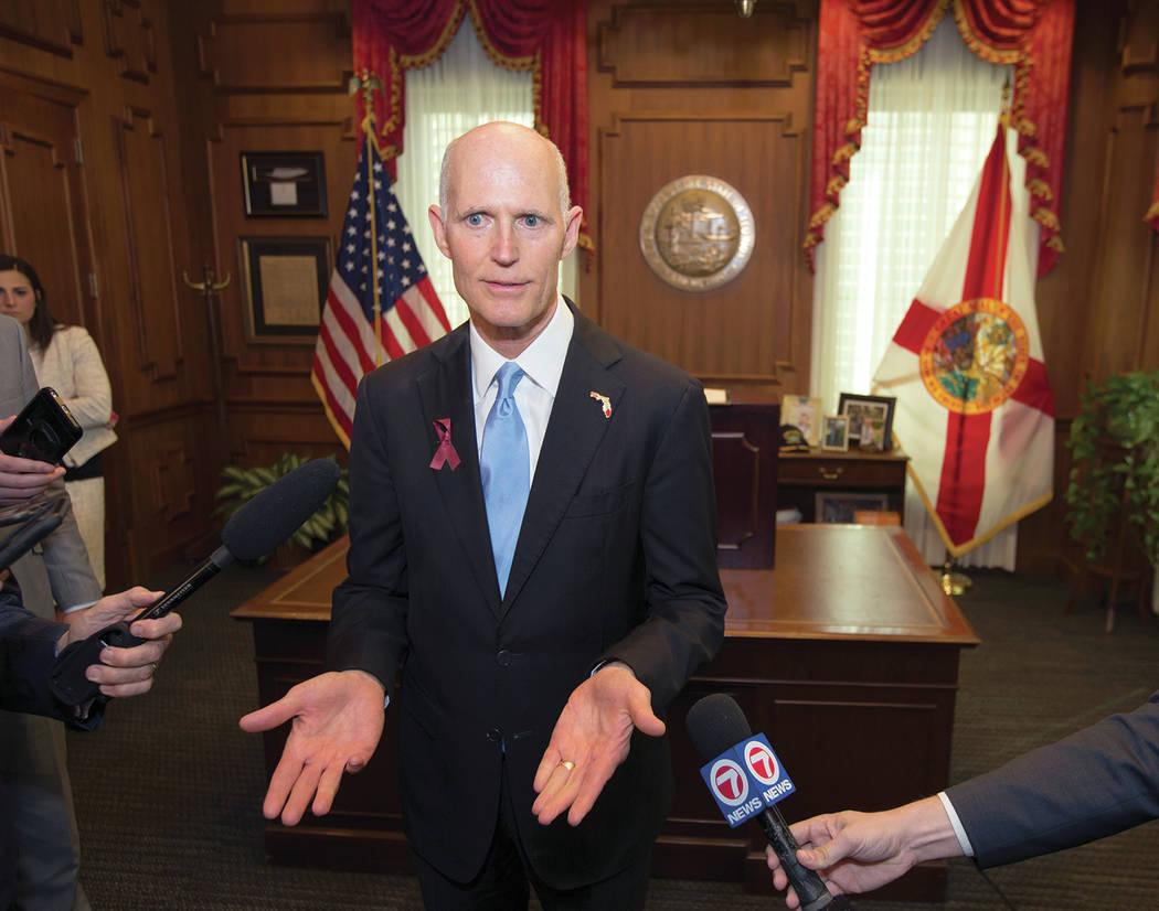 El gobernador de Florida, Rick Scott, habla con los medios en su oficina luego de firmar la Ley de Seguridad Pública Douglas de Marjory Stoneman en Florida, el viernes 9 de marzo de 2018. [Foto AP]