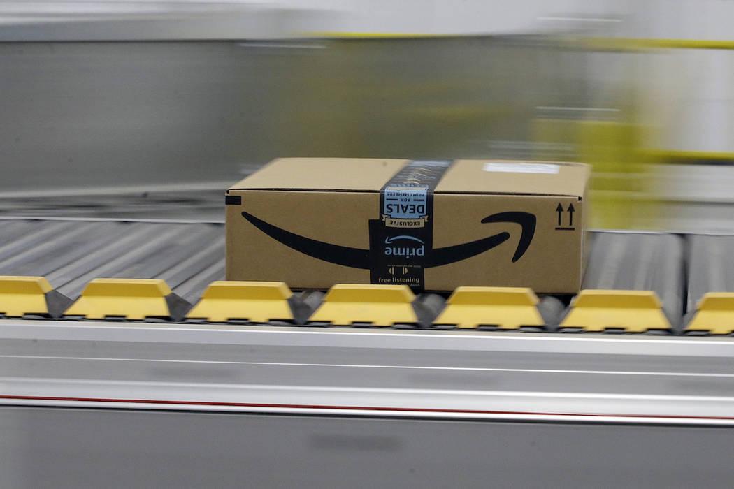 Una caja para un cliente principal de Amazon se mueve a través del nuevo Centro de Cumplimiento de Amazon en Sacramento, California, el 9 de febrero de 2018. (AP Photo / Rich Pedroncelli, Archivo)