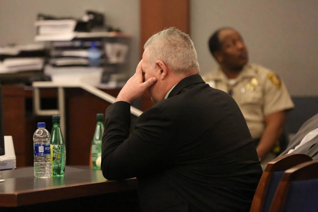 Jarom Boyes, aviador estadounidense acusado de dispararle fatalmente a su esposa Melissa Boyes, cubre sus ojos mientras escucha una grabación de audio del tiroteo durante su juicio por asesinato  ...