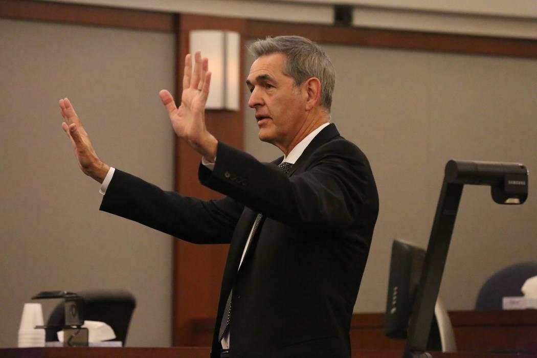 El abogado defensor Gabriel Grasso se dirige al jurado en su declaración final durante el juicio de Jarom Boyes en el Centro de Justicia Regional en Las Vegas el jueves 8 de marzo de 2018. Michae ...