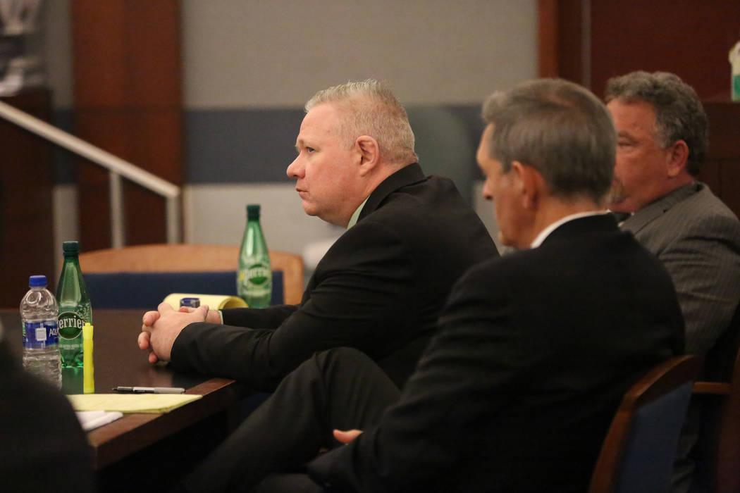 Jarom Boyes, izquierda, un aviador estadounidense acusado de dispararle fatalmente a su esposa Melissa Boyes, se sienta con sus abogados Gabriel Grasso y E. Brent Bryson mientras escucha las decla ...