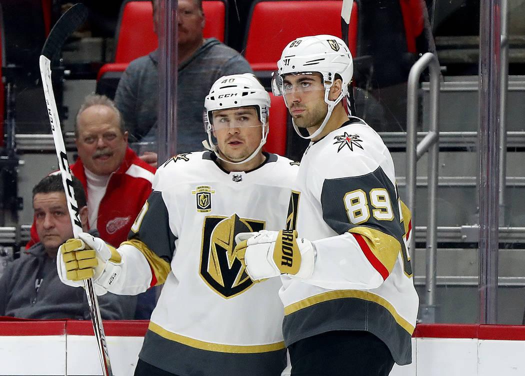 Alex Tuch de Vegas Golden Knights (89) celebra su gol contra los Detroit Red Wings con Ryan Carpenter durante el primer período de un juego de hockey de la NHL el jueves 8 de marzo de 2018 en Det ...