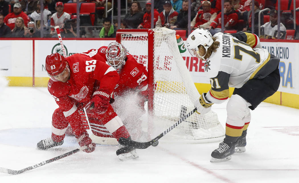 El defensa de Detroit Red Wings Trevor Daley (83) desvía un tiro del centro de Vegas Golden Knights William Karlsson (71) frente al portero Jimmy Howard durante el primer período de un partido d ...