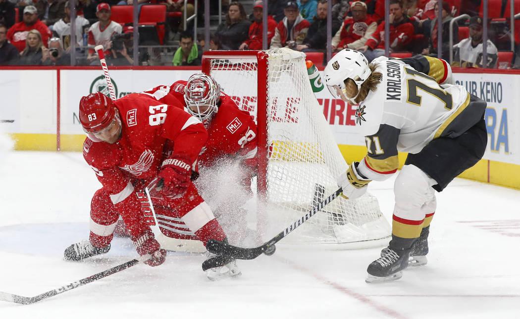 El defensa de Detroit Red Wings Trevor Daley (83) desvía un tiro del centro de Vegas Golden Knights William Karlsson (71) frente al portero Jimmy Howard durante el primer período de un partido d ...