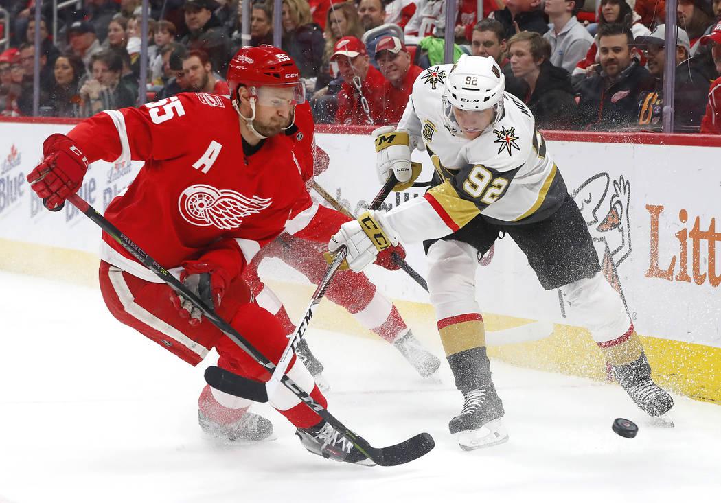El defensa de Detroit Red Wings, Niklas Kronwall (55) y el jugador de las Vegas Golden Knights, el ala izquierda Tomas Nosek (92) compiten por el disco durante el primer período de un partido de  ...