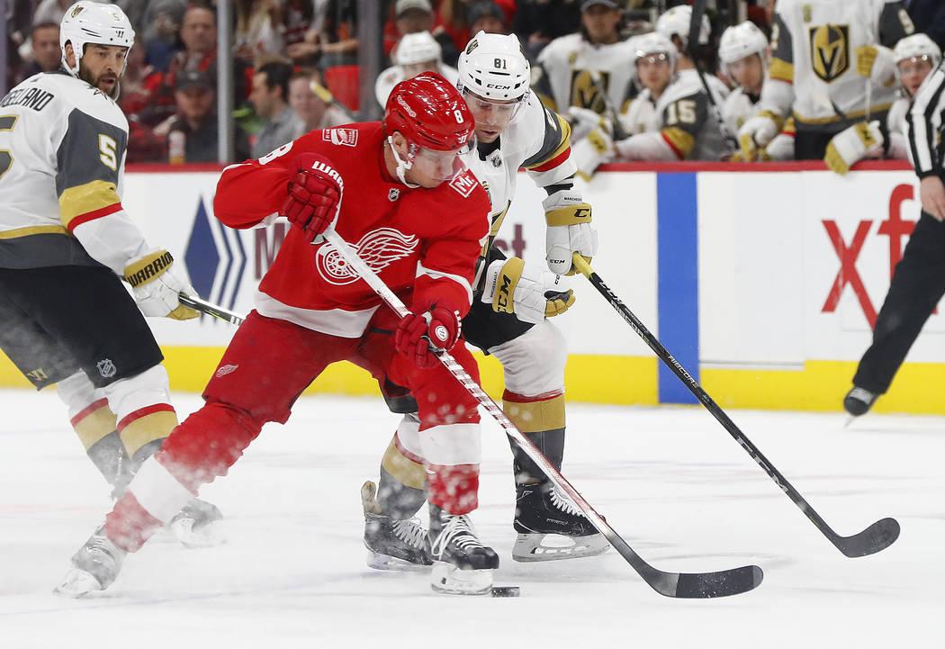 Detroit Red Wings ala izquierda Justin Abdelkader (8) toma el disco del centro Vegas Golden Knights Jonathan Marchessault (81) durante el primer período de un juego de hockey de la NHL el jueves  ...