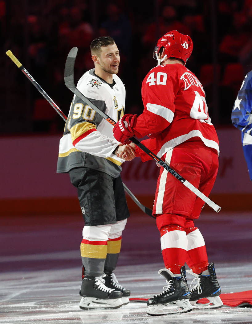 Tomas Tatar de Vegas Golden Knights (90) estrecha la mano del centro Henrik Zetterberg de Detroit Red Wings (40) antes del primer periodo de un juego de hockey de la NHL el jueves 8 de marzo de 20 ...
