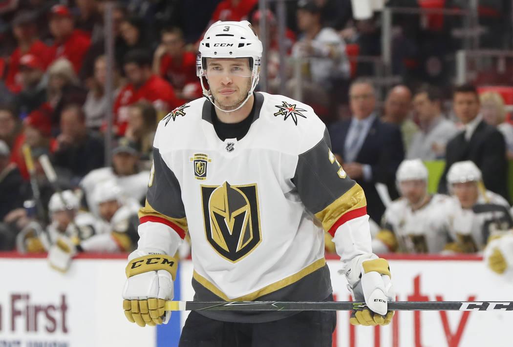 El defensor de Vegas Golden Knights Brayden McNabb (3) juega contra los Detroit Red Wings en el primer periodo de un juego de hockey de la NHL el jueves 8 de marzo de 2018 en Detroit. (AP Photo /  ...