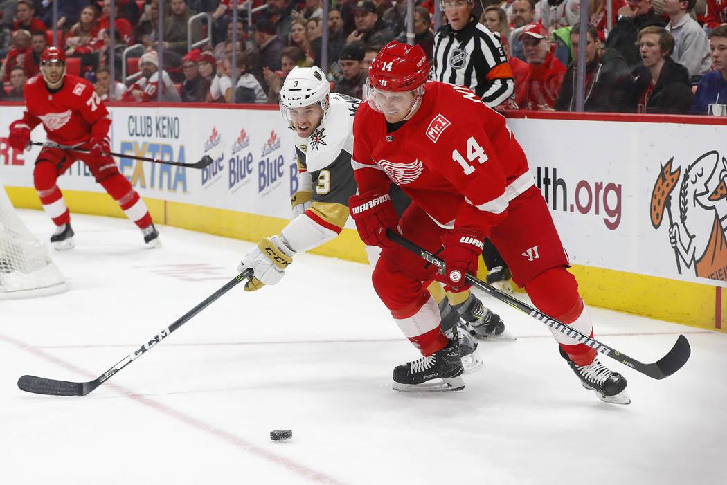 El defensor de Vegas Golden Knights Brayden McNabb (3) y el ala derecha de Detroit Red Wings Gustav Nyquist (14) compiten por el disco durante el segundo periodo de un juego de hockey de la NHL el ...