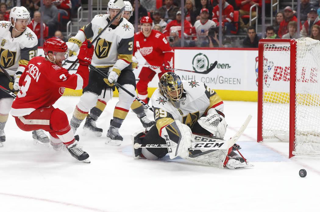 El portero de Vegas Golden Knights Marc-Andre Fleury (29) detiene un tiro del defensor de Detroit Red Wings Nick Jensen (3) durante el segundo periodo de un juego de hockey de la NHL el jueves 8 d ...