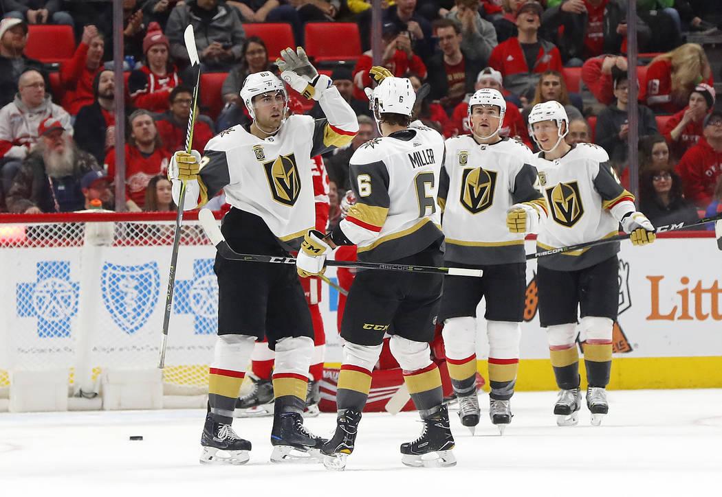 El ala derecha de Vegas Golden Knights Alex Tuch, izquierda, celebra su gol contra los Detroit Red Wings con Colin Miller (6) durante el segundo periodo de un partido de hockey de la NHL el jueves ...