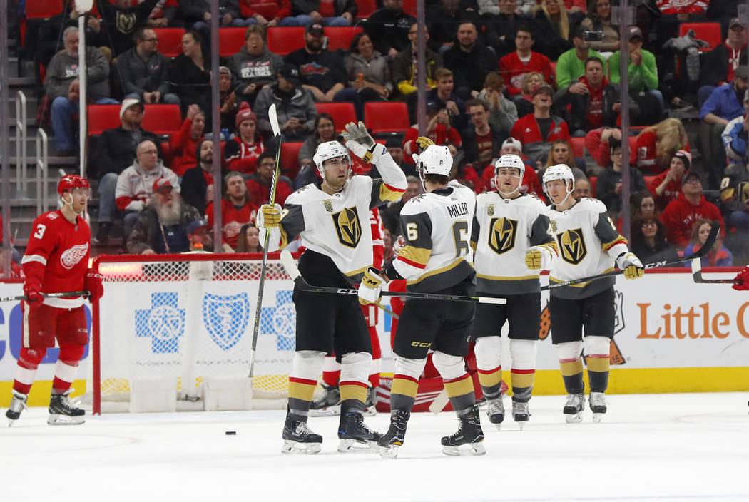 El ala derecha de Vegas Golden Knights Alex Tuch, izquierda, celebra su gol contra Detroit Red Wings con Colin Miller (6) en el segundo periodo de un partido de hockey de la NHL el jueves 8 de mar ...