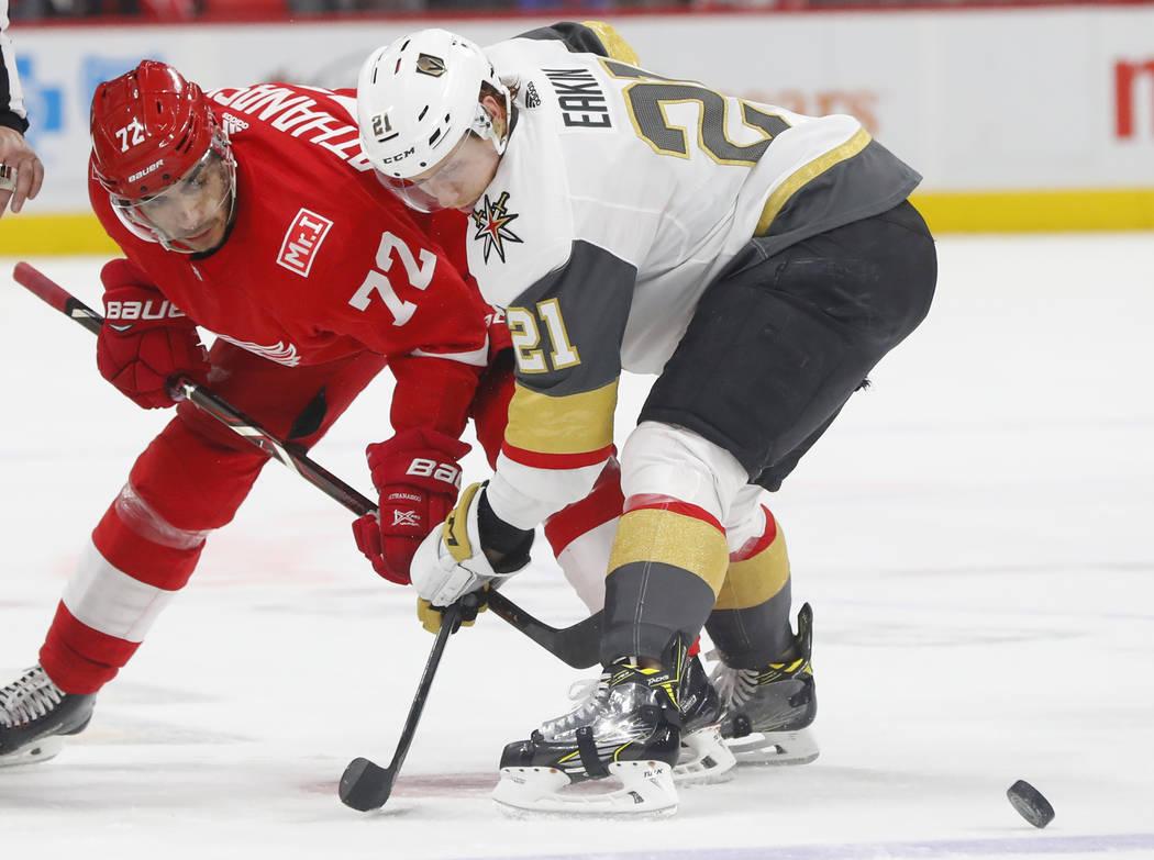 Detroit Red Wings dejó el ala Andreas Athanasiou (72) y el centro Vegas Golden Knights Cody Eakin (21) batalla durante un enfrentamiento en el segundo período de un juego de hockey de la NHL el  ...