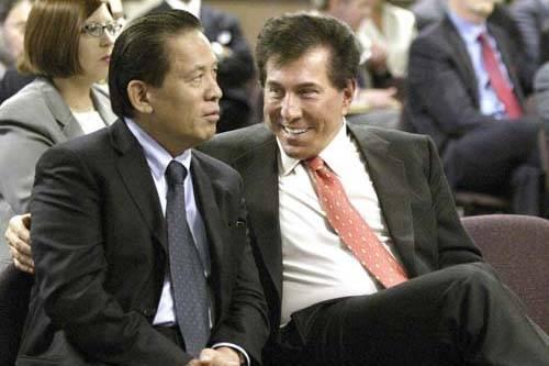 El magnate de los casinos de Las Vegas Steve Wynn, a la derecha, hablando con su socio comercial Kazuo Okada durante una audiencia de la Comisión de Juego en Carson City, Nev., 17 de junio de 200 ...
