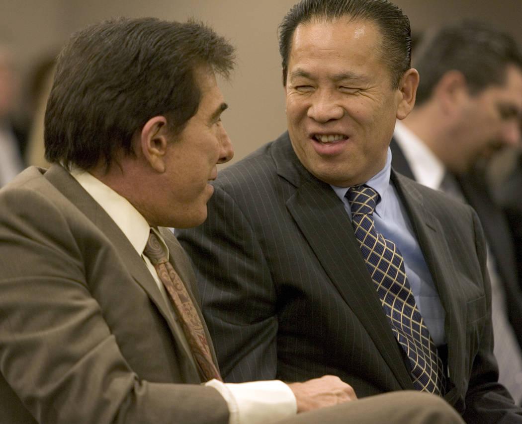 Negocios - Steve Wynn, izquierda, y el inversor japonés Kazuo Okada sonríen durante una reunión de la Junta de Control de Juegos para una audiencia de licencia para el resort Wynn Las Vegas el  ...