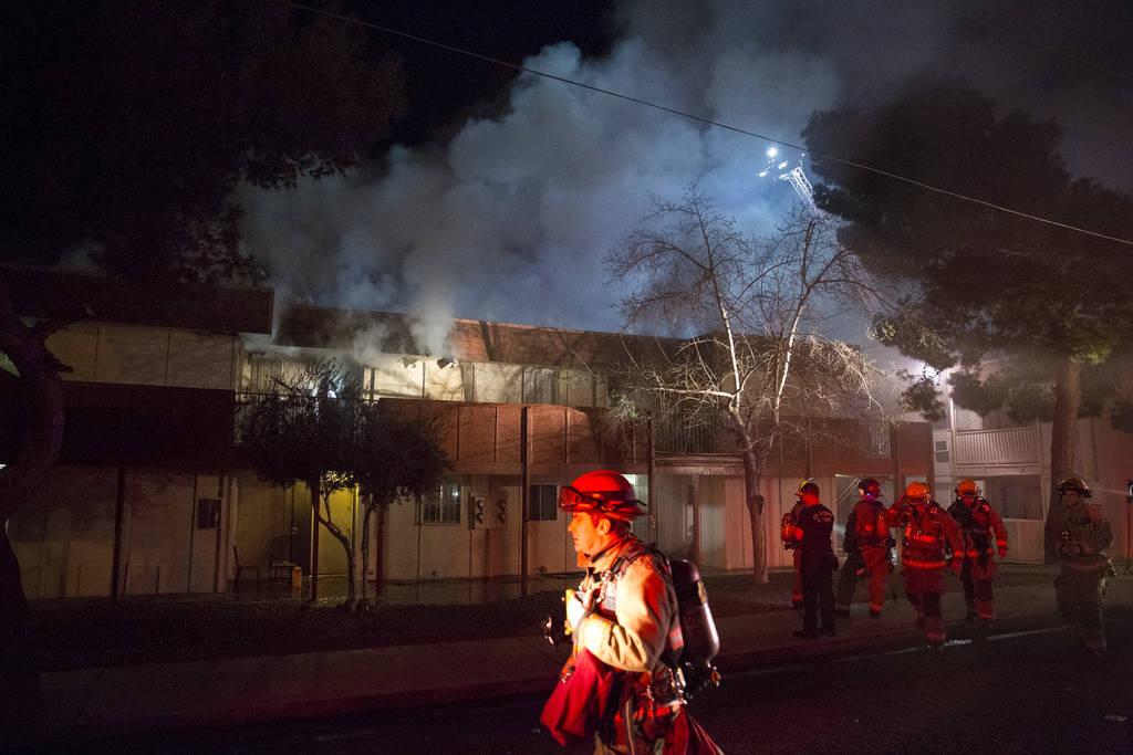 Los bomberos del condado de Clark trabajan para extinguir un incendio en los apartamentos King Richard Court, 840 King Richard Ave., cerca de las carreteras Russell y Paradise el domingo 11 de mar ...