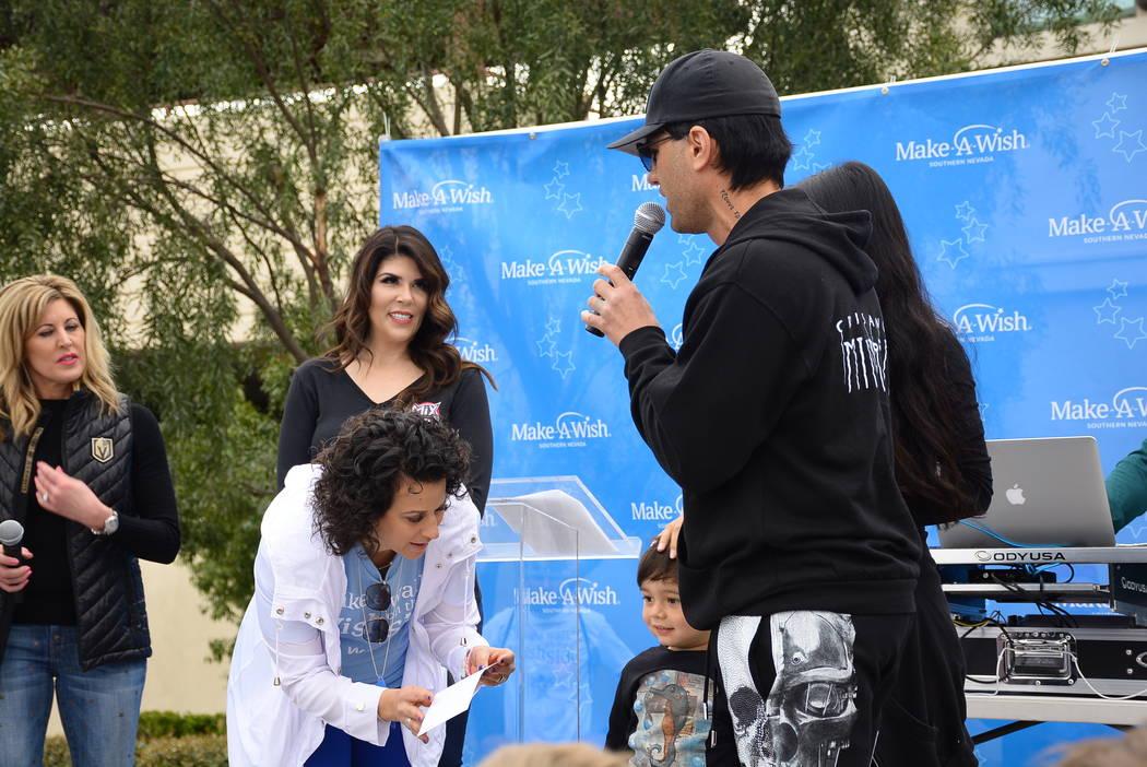 Criss Angel se presenta con Kim Wagner del Canal 8, Mercedes Mix de 97.1 The Point-FM y la Presidenta y CEO de Make-A-Wish Southern Nevada: Caroline Ciocca. Angel donó $100 mil a la fundación en ...
