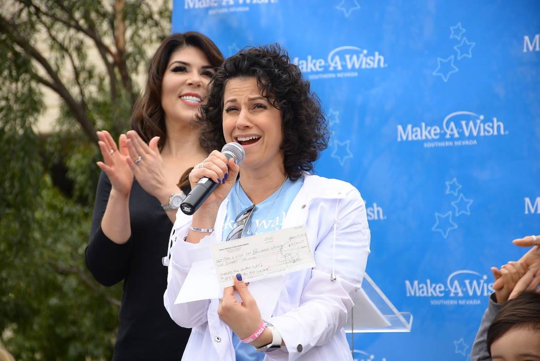 La presidenta y CEO de Make-A-Wish de Southern Nevada: Caroline Ciocca, reacciona a un cheque de $100 mil de Criss Angel en la Caminata por los Deseos en Town Square el sábado 10 de marzo de 2018 ...