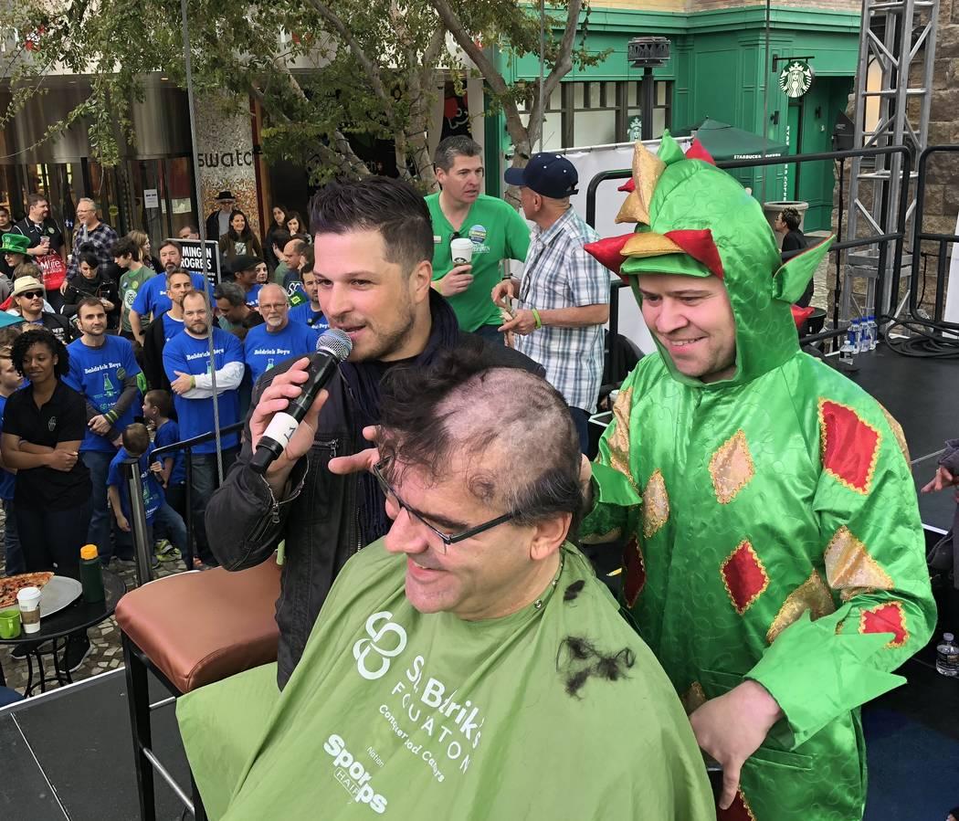 Piff, el Dragón Mágico y Mark Shunock se muestran con el columnista del Review-Journal: John Katsilometes en el evento para afeitarse de St. Baldrick's en el New York-New York el sábado 10 de m ...