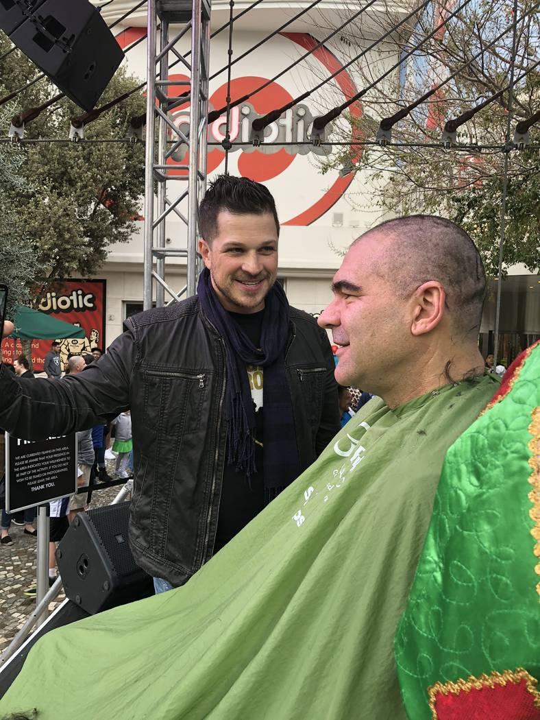Mark Shunock y el columnista del Review-Journal: John Katsilometes, se muestran en el evento para afeitarse de St. Baldrick en el New York-New York, el sábado 10 de marzo de 2018. (Fundación St. ...