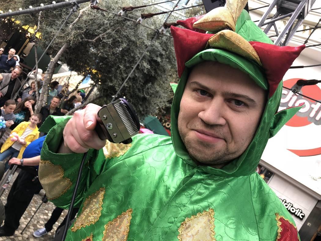 Piff, el Dragón Mágico, va en serio con eso de la rapada de St. Baldrick en el New York-New York, el sábado 10 de marzo de 2018. (John Katsilometes / Las Vegas Review-Journal) @JohnnyKats