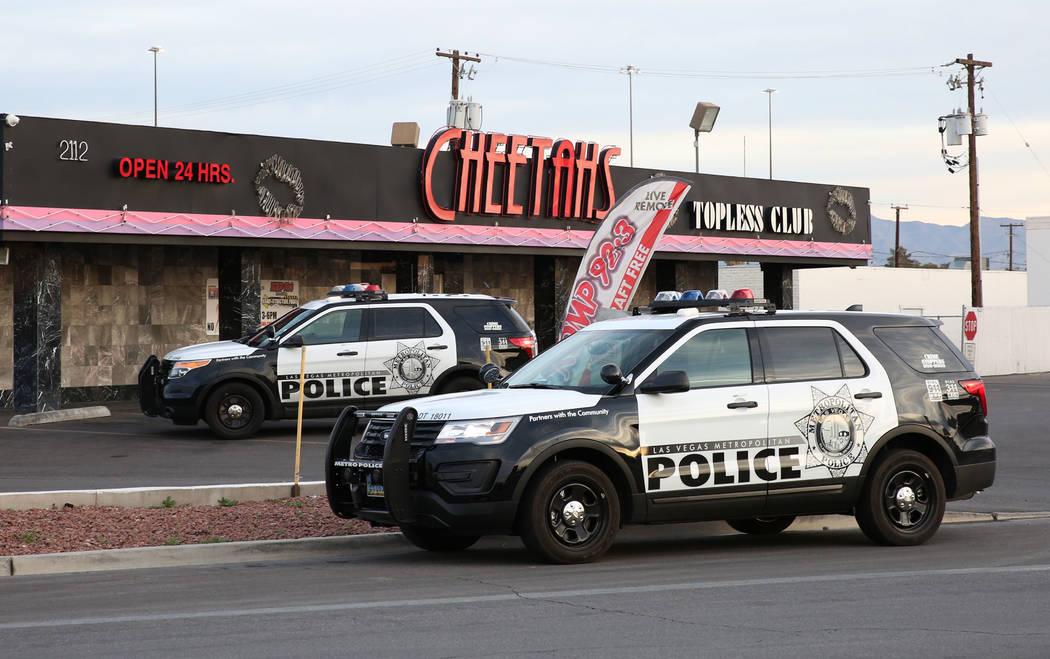 La policía de Las Vegas está investigando después de un tiroteo en el estacionamiento del club de caballeros Cheetahs, 2112 Western Ave., el lunes 12 de marzo de 2018 en Las Vegas. Bizuayehu Te ...