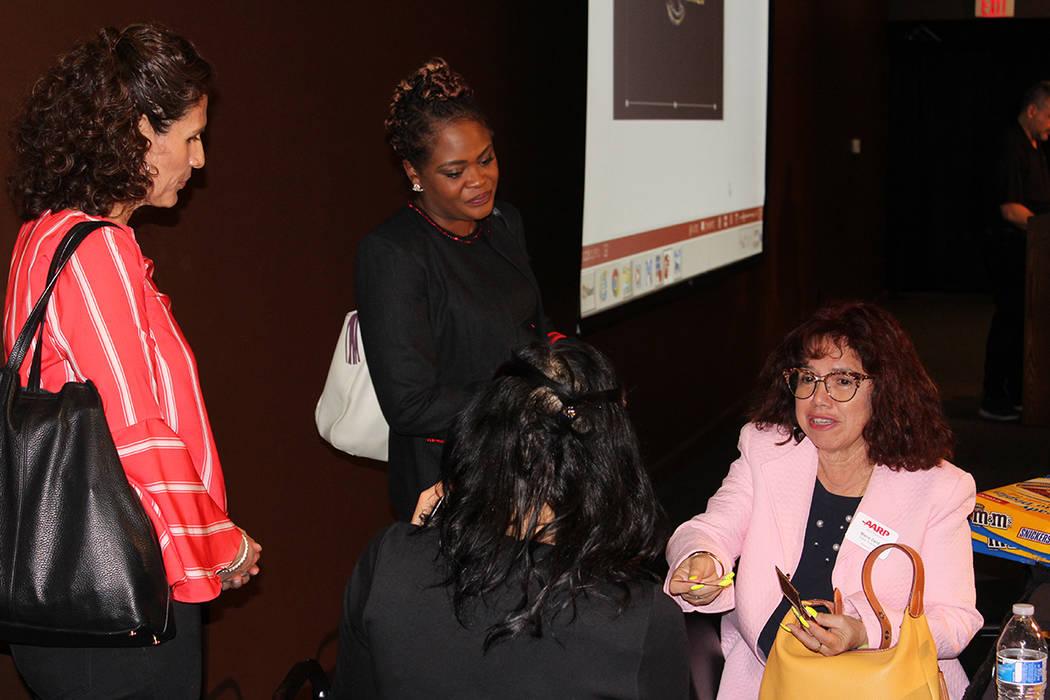 Las asistentes aprovecharon para debatir sobre los salarios y desigualdades. Domingo 11 de marzo del 2018 en Cannary Casino. Foto Cristian De la Rosa / El Tiempo - Contribuidor.